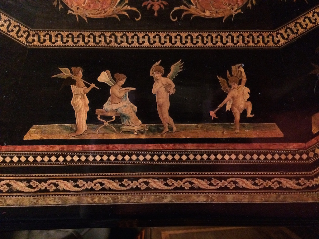 Guéridon-de-la-maison-GARGIULO-en-placage-de-loupe-et-bois-noirci-à-exceptionnel-décor-marqueté-de-bois-teinté-et-peint21 Guéridon maison GARGIULO placage de loupe et bois noirci