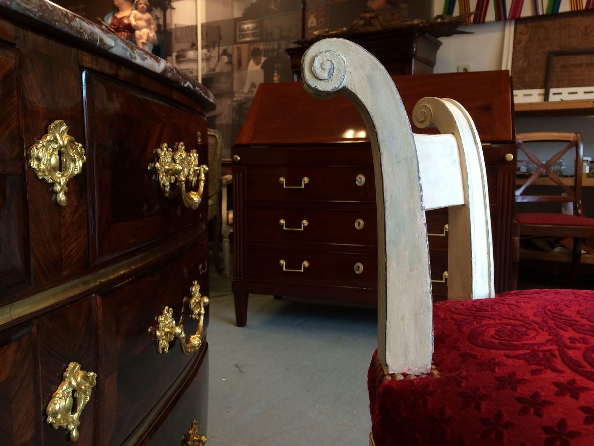 après restauration, tournage du dossier, finition au blanc de medon, garnissage de Velours Angora Mohair coloris rubis rmotif du XVIIIe rapprochant fabrication et gauffrage spécifique