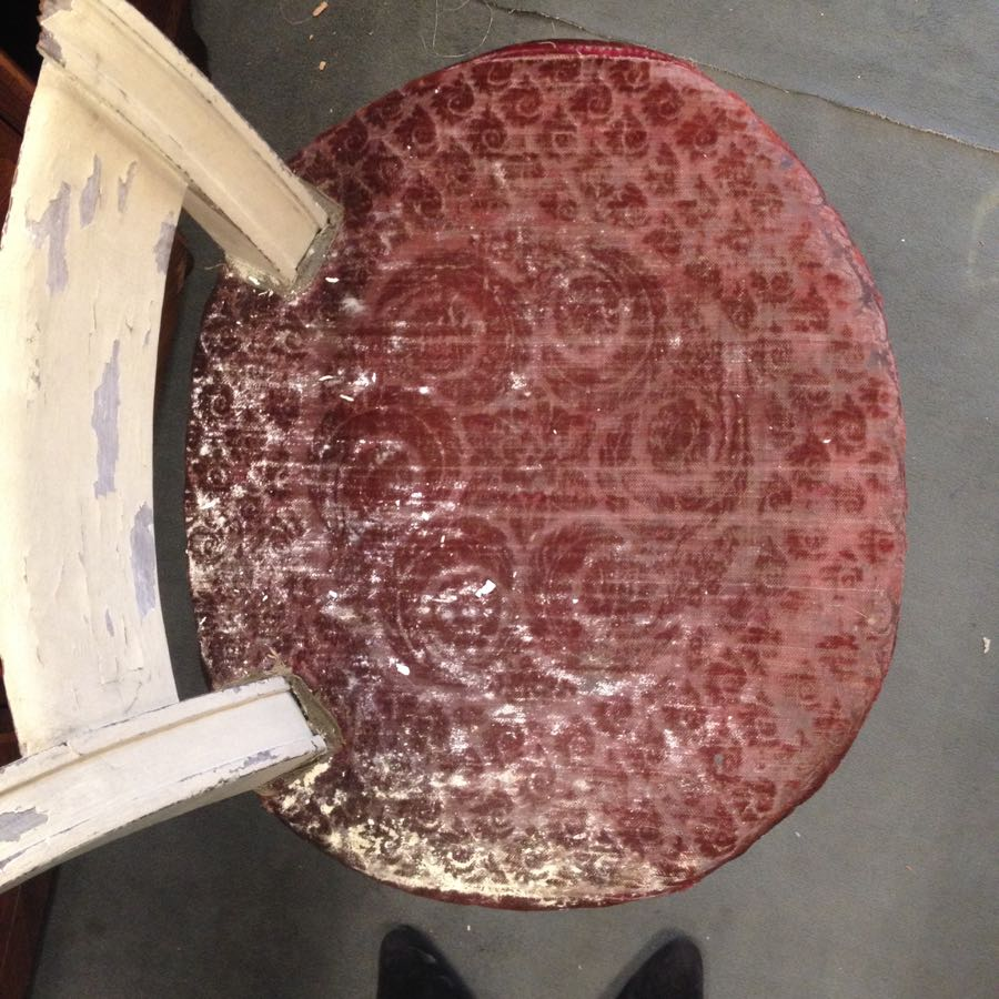 avant restauration, dossier fracturé, l'ensemble des assemblages est à refaire entièrement : barres de fer, vis de soutien, finition à reprendre, garniture à refaire, velours angora de finition d'époque 1750 Velours Angora Mohair coloris rubis recherche de motif du XVIIIe rapprochant fabrication spécifique