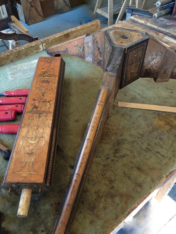 Guéridon-de-la-maison-GARGIULO-en-placage-de-loupe-et-bois-noirci-à-exceptionnel-décor-marqueté-de-bois-teinté-et-peint15 Guéridon en placage de loupe et bois noirci