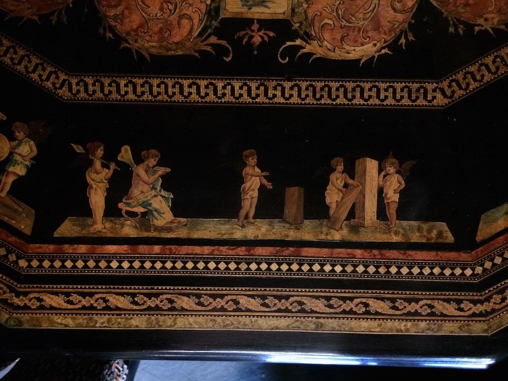 Guéridon-de-la-maison-GARGIULO-en-placage-de-loupe-et-bois-noirci-à-exceptionnel-décor-marqueté-de-bois-teinté-et-peint17 Guéridon en placage de loupe et bois noirci