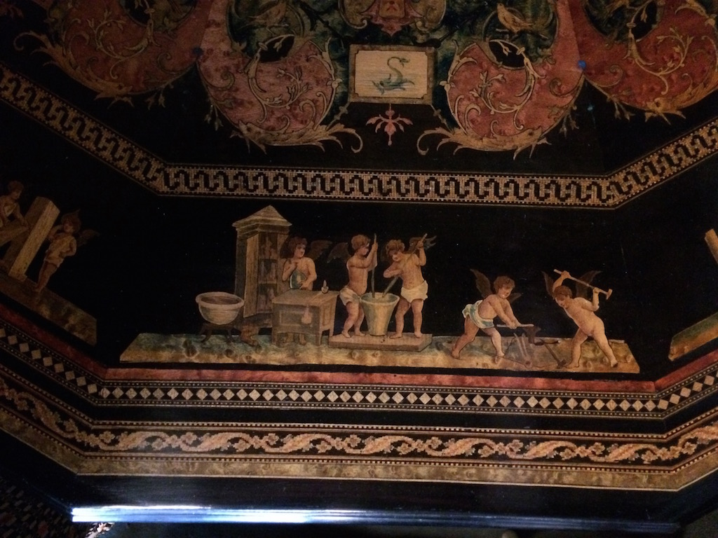Guéridon-de-la-maison-GARGIULO-en-placage-de-loupe-et-bois-noirci-à-exceptionnel-décor-marqueté-de-bois-teinté-et-peint18 Guéridon en placage de loupe et bois noirci