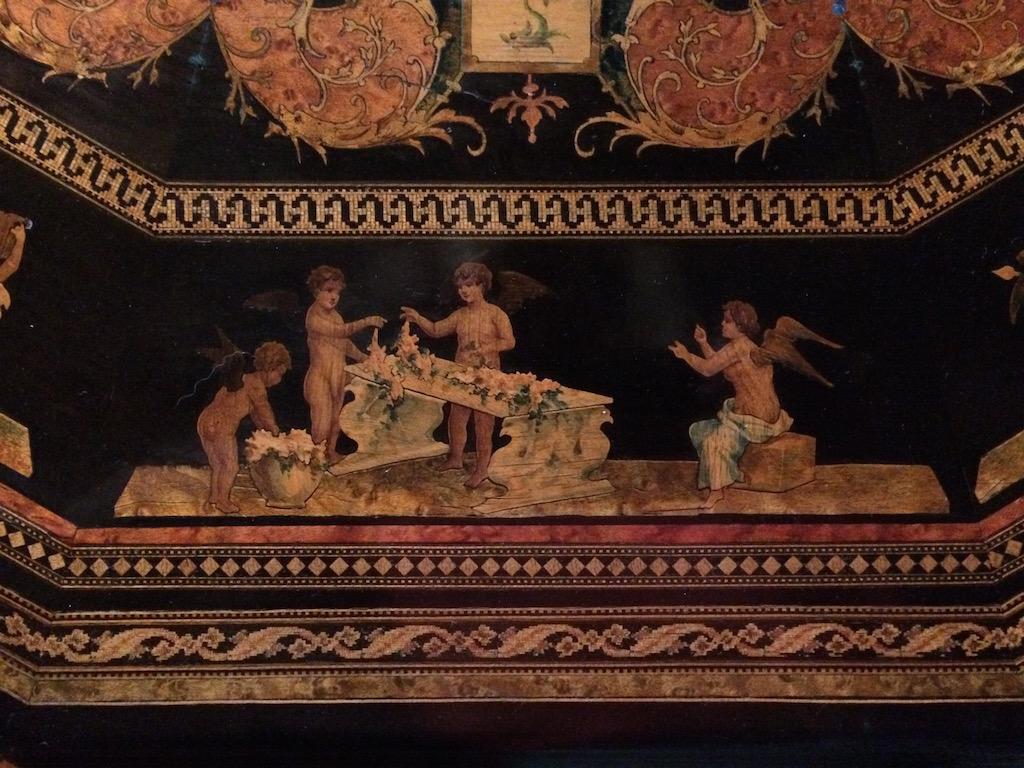 Guéridon-de-la-maison-GARGIULO-en-placage-de-loupe-et-bois-noirci-à-exceptionnel-décor-marqueté-de-bois-teinté-et-peint22 Guéridon en placage de loupe et bois noirci