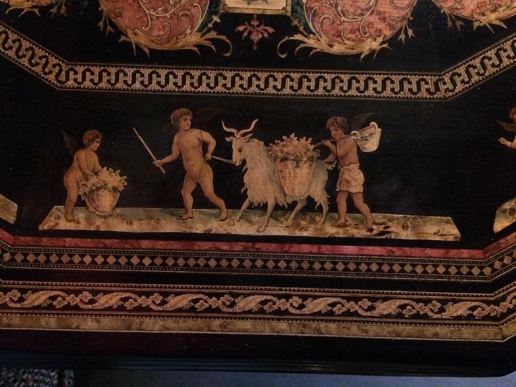 Guéridon-de-la-maison-GARGIULO-en-placage-de-loupe-et-bois-noirci-à-exceptionnel-décor-marqueté-de-bois-teinté-et-peint24 Guéridon en placage de loupe et bois noirci