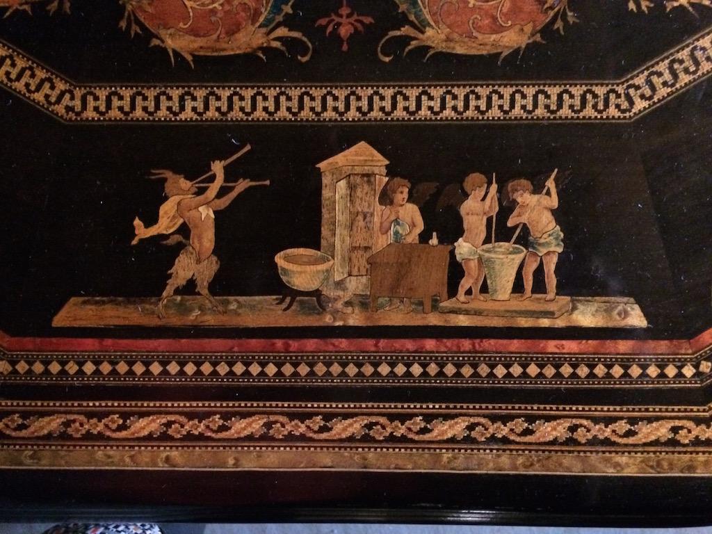 Guéridon-de-la-maison-GARGIULO-en-placage-de-loupe-et-bois-noirci-à-exceptionnel-décor-marqueté-de-bois-teinté-et-peint26 Guéridon en placage de loupe et bois noirci