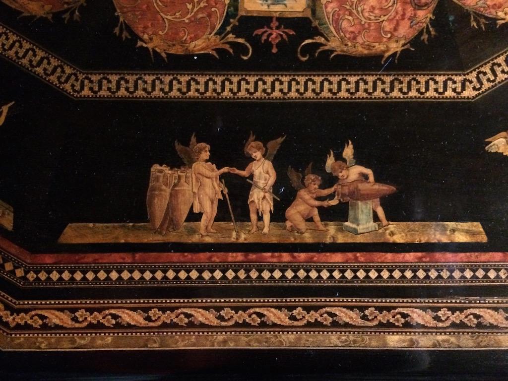 Guéridon-de-la-maison-GARGIULO-en-placage-de-loupe-et-bois-noirci-à-exceptionnel-décor-marqueté-de-bois-teinté-et-peint27 Guéridon en placage de loupe et bois noirci