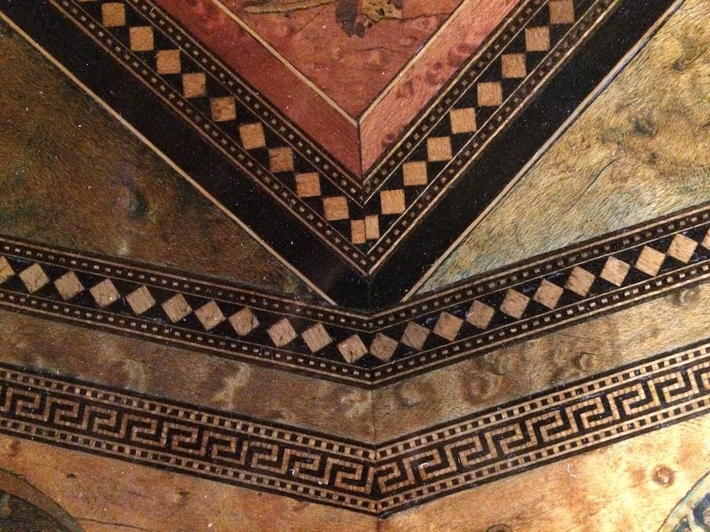 Guéridon-de-la-maison-GARGIULO-en-placage-de-loupe-et-bois-noirci-à-exceptionnel-décor-marqueté-de-bois-teinté-et-peint31 Guéridon en placage de loupe et bois noirci