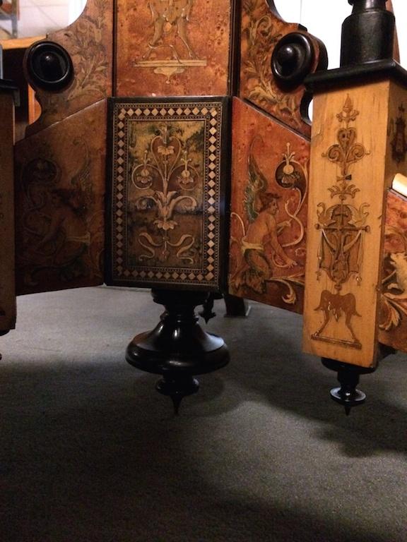 Guéridon-de-la-maison-GARGIULO-en-placage-de-loupe-et-bois-noirci-à-exceptionnel-décor-marqueté-de-bois-teinté-et-peint32 Guéridon en placage de loupe et bois noirci