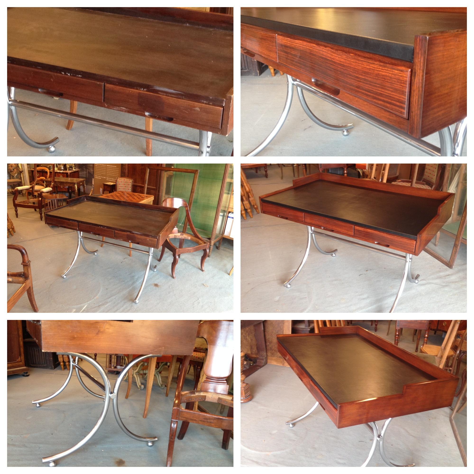 Bureau « 1950 » à trois tiroirs en palissandre – plateau recouvert de cuir - Piétement en inox