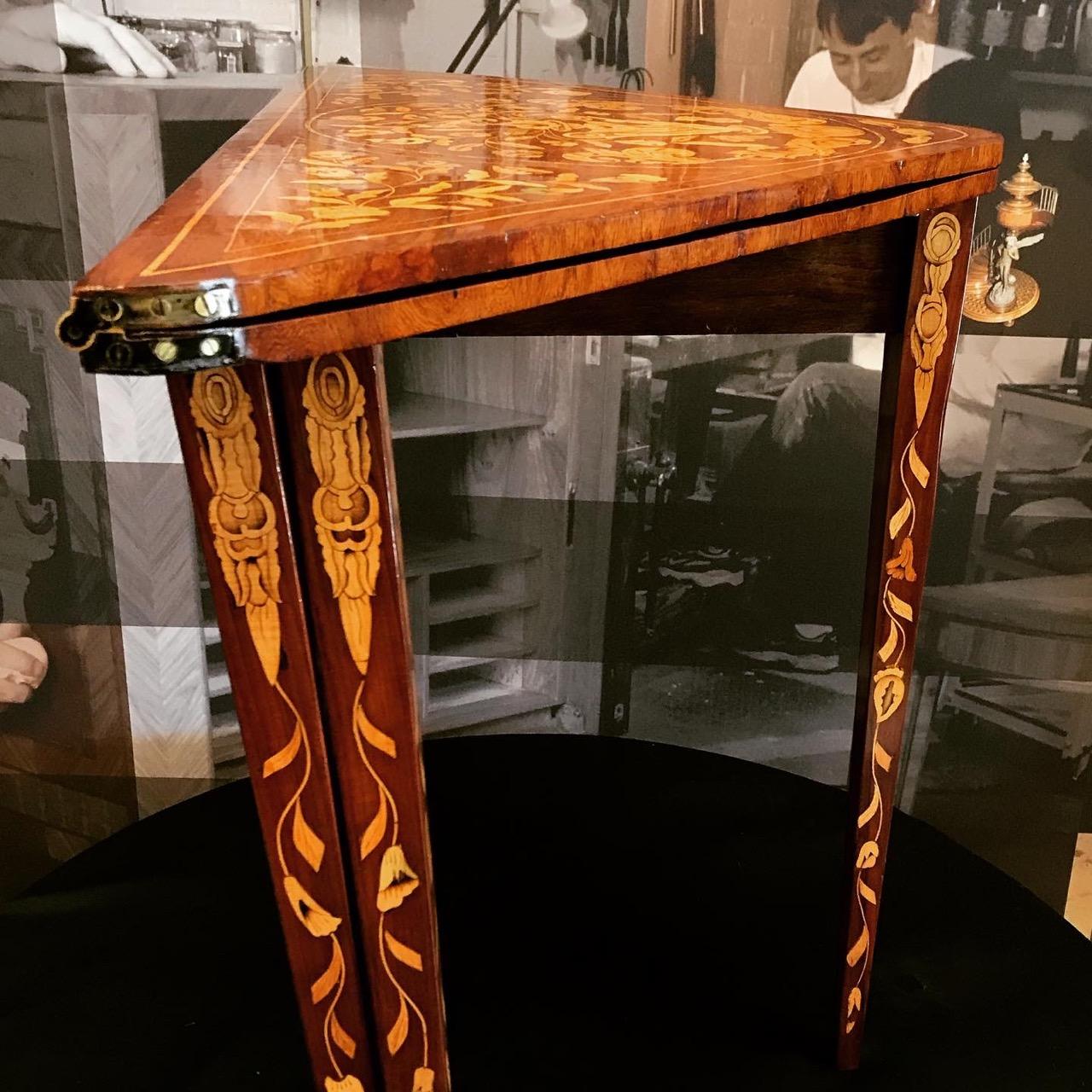 Table console triangulaire formant table à jeu. XIIIe. Travail hollandais. À quatre pieds pivotant la table console est entièrement repliable 4 | Atelier Patrice Bricout