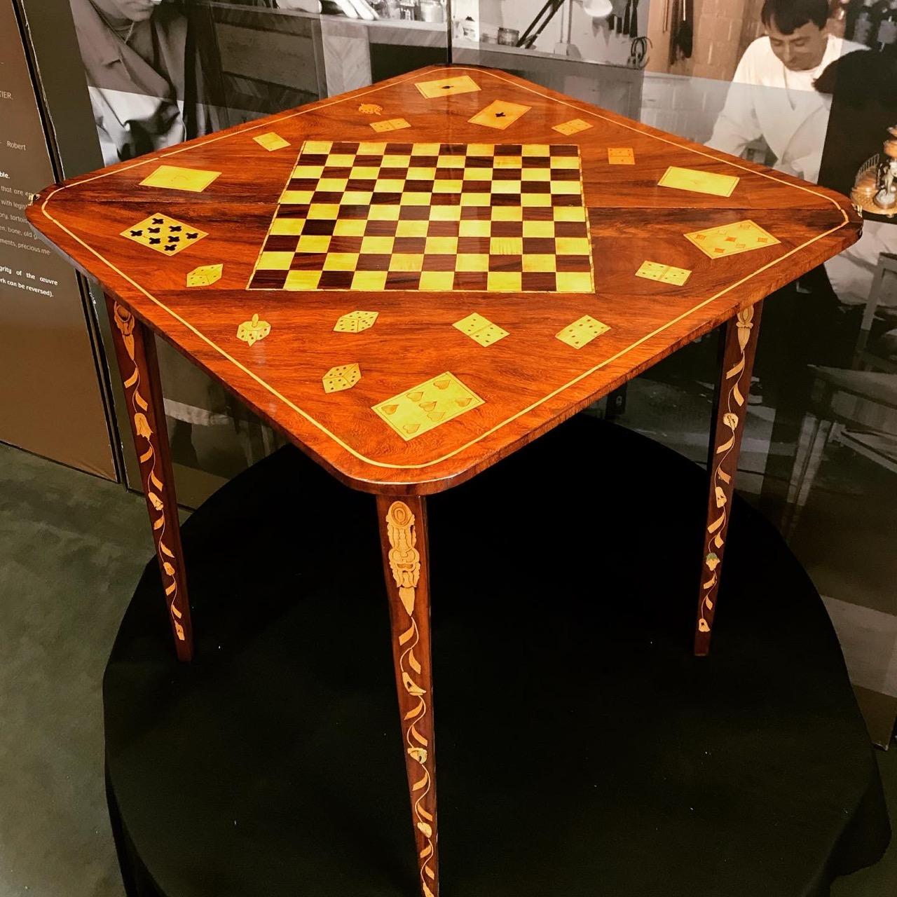 Table console triangulaire formant table à jeu. XIIIe. Travail hollandais. À quatre pieds pivotant la table console est entièrement repliable 7 | Atelier Patrice Bricout