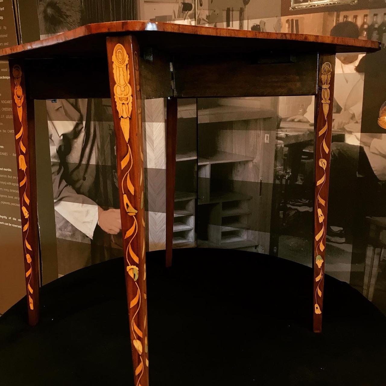 Table console triangulaire formant table à jeu. XIIIe. Travail hollandais. À quatre pieds pivotant, la table console est entièrement repliable
