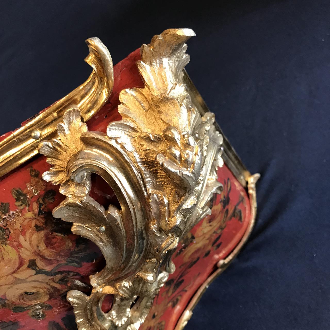 Cartel-dapplique-de-forme-mouvementé-Époque-Louis-XV-estampillé-Jacques-Pecourt-en-bois-laqué-polychrome-vernis-Martin