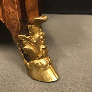 détail-sabot-pied-de-biche-commode-Louis-XIV-Mazarine-Époque-début-du-XVIIIème-siècle